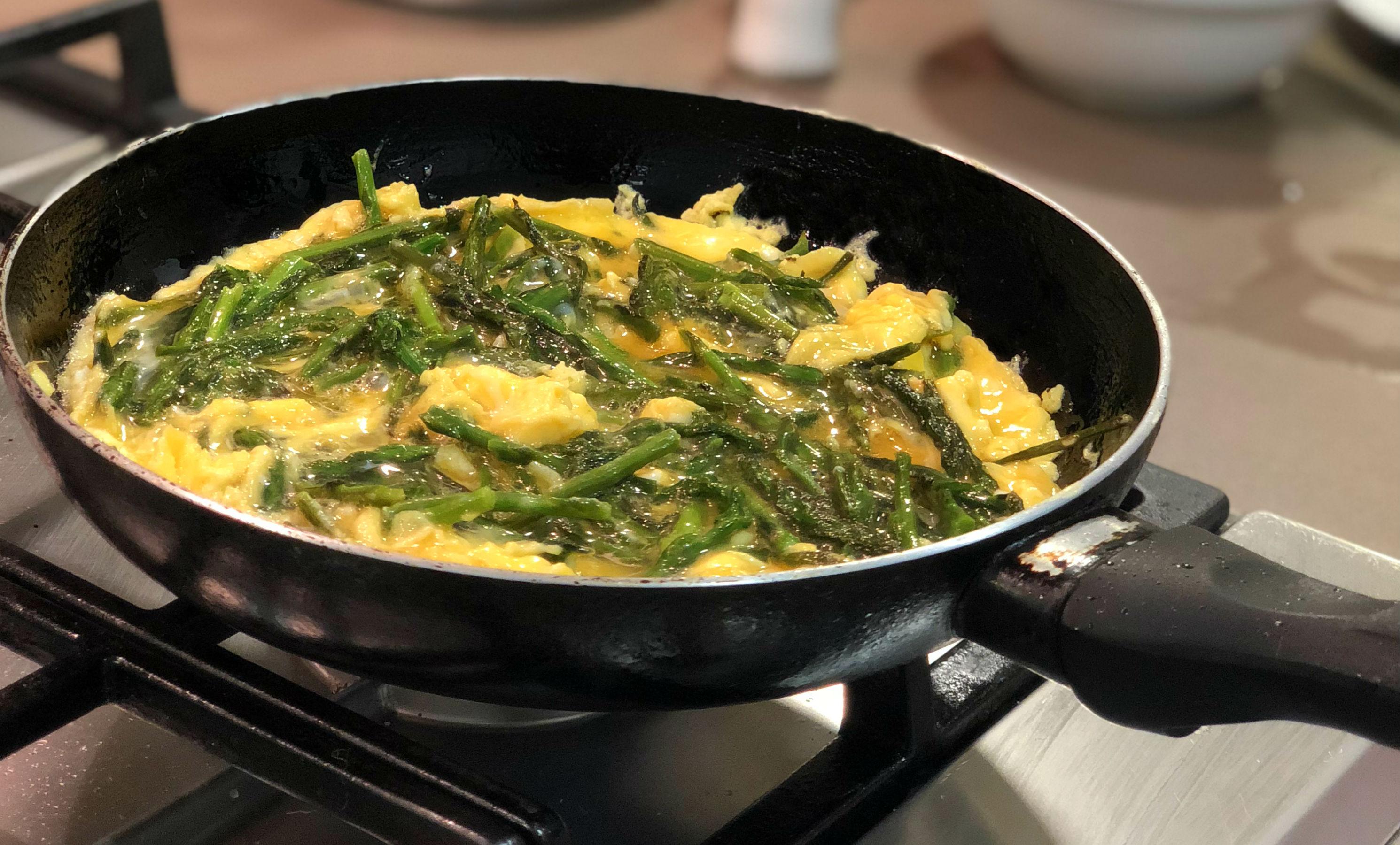 Te compartimos la receta de una tortilla española de espárragos